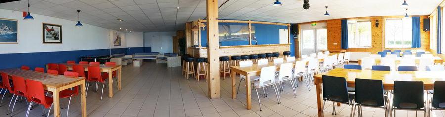 Grote zaal met bar.Groepsaccommodatie in Friesland, Sneek