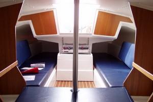 Een Fox 22 huren in Sneek- kajuit zeilboot